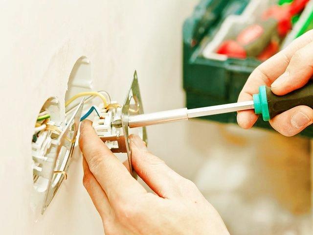 Помощь квалифицированного мастера при замене электрофурнитуры